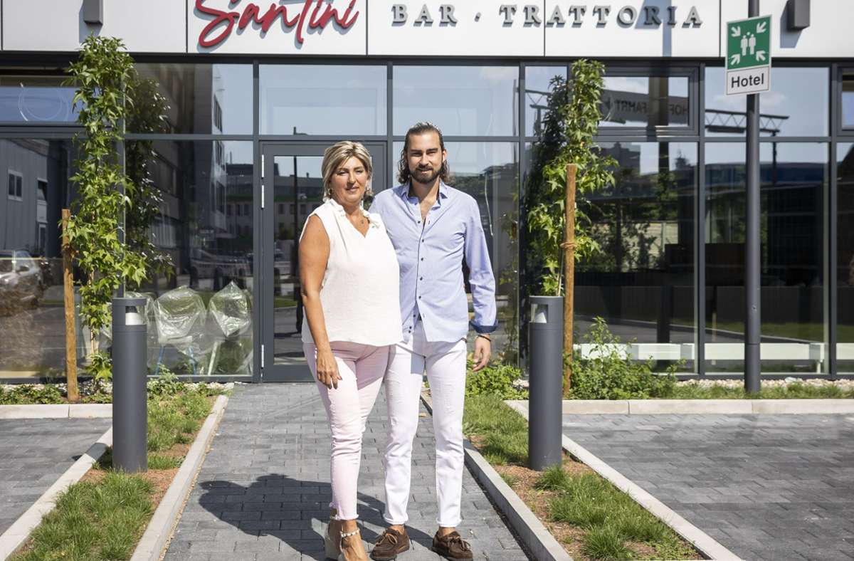 Sandra Menegaldo und ihr Sohn Marco vor dem neuen  Santini Foto: / Lichtgut/Julian Rettig