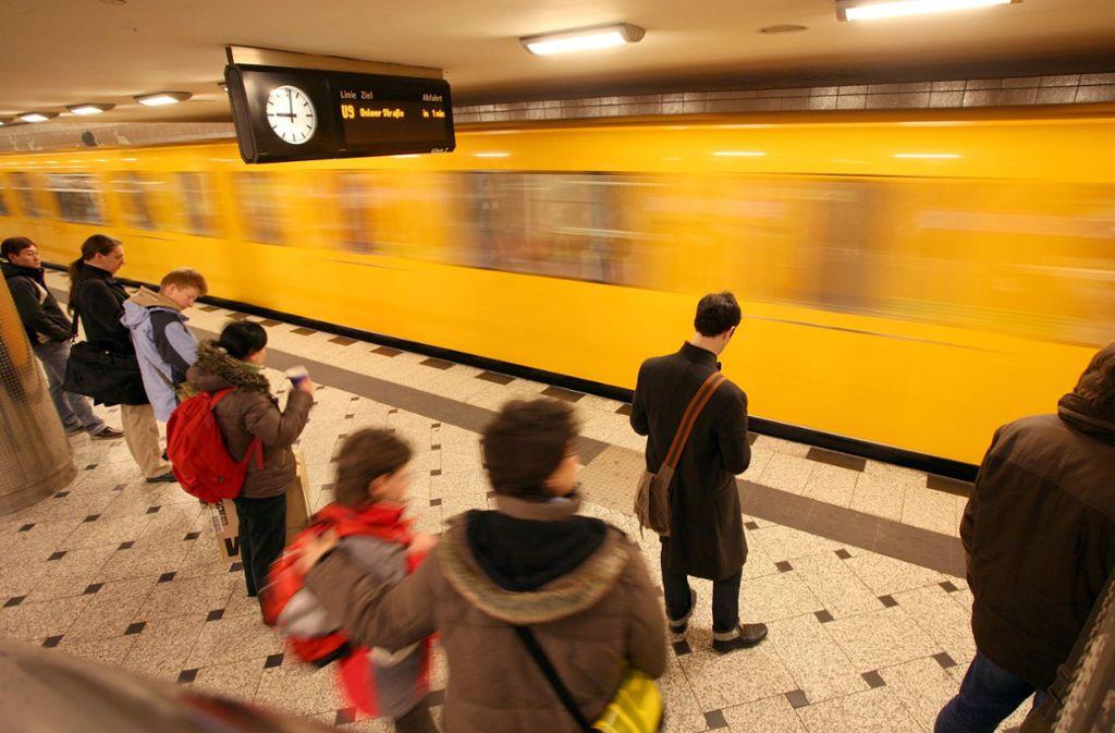 In einer Berliner U-Bahn ist eine Frau mit Kopftuch beleidigt worden (Symbolbild). Foto: dpa