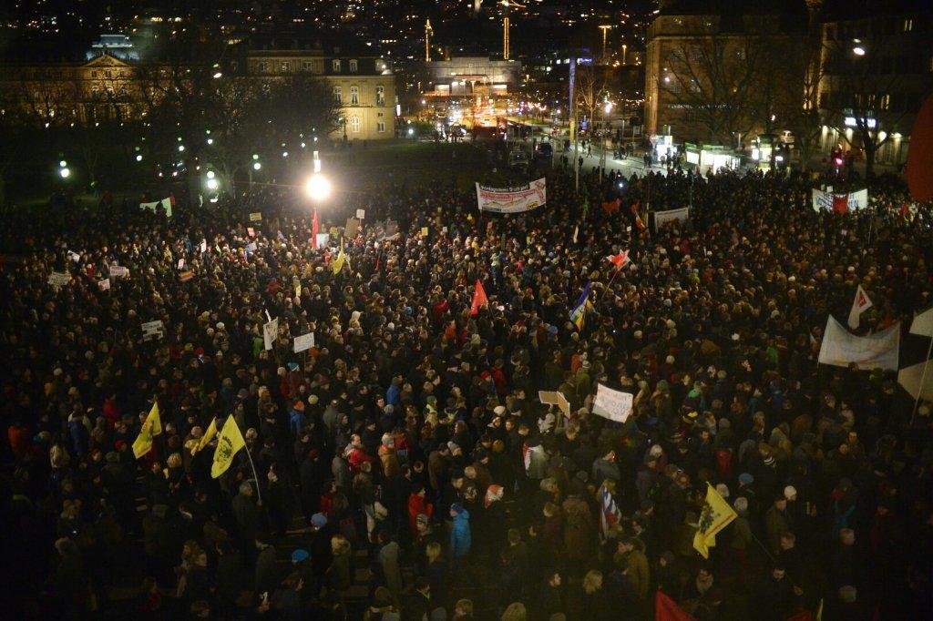 Tausende Besucher sind am Montagabend zur Demo gegen Pegida zusammenbekommen. Weitere Bilder zeigen wir in der folgenden Bilderstrecke. Foto: 7aktuell.de / Gerlach