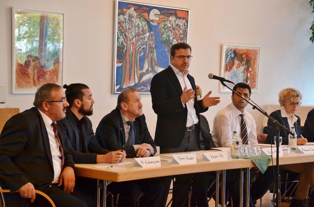 Kazim Per (stehend) stellte sich bei einem Infoabend den Fragen der Bürger zum Bau der Moschee. Foto: Fatma Tetik