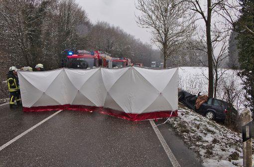 Frau stirbt bei Unfall auf eisglatter Straße