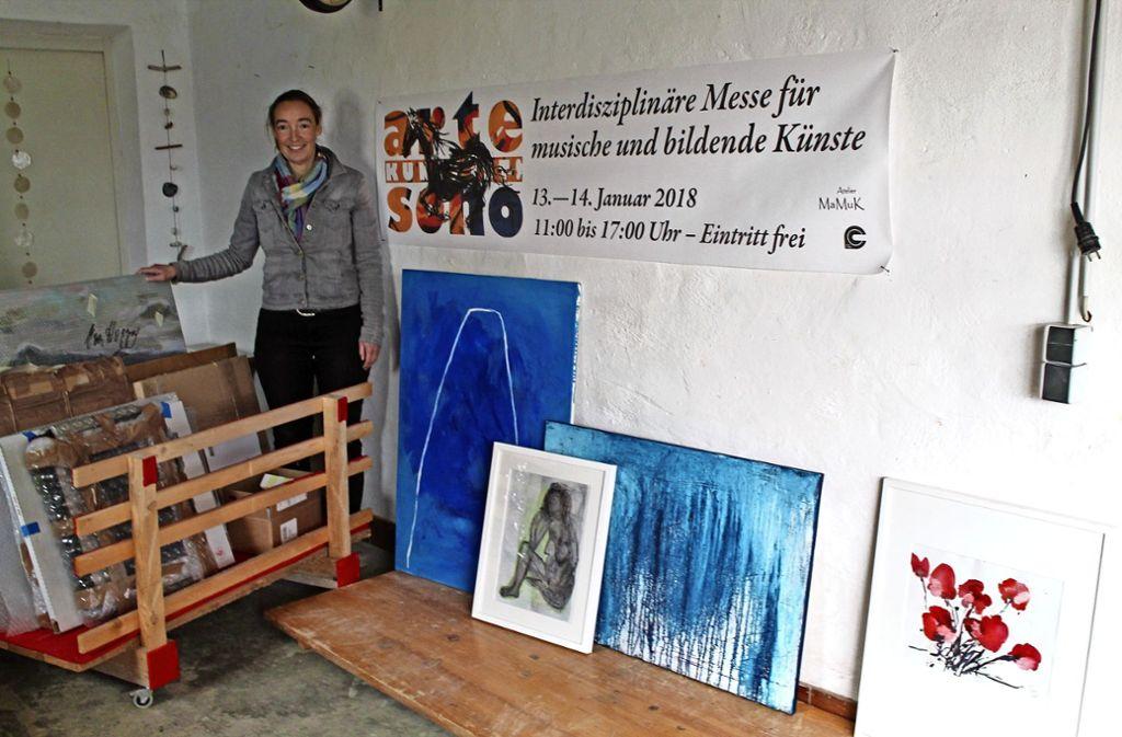 Die Sielminger Künstlerin Marion Musch bei der Vorbereitung der Arte-Sono. Die Eröffnung der Messe  für musische und bildende Künstler ist am Samstag, Foto: Sabine Schwieder