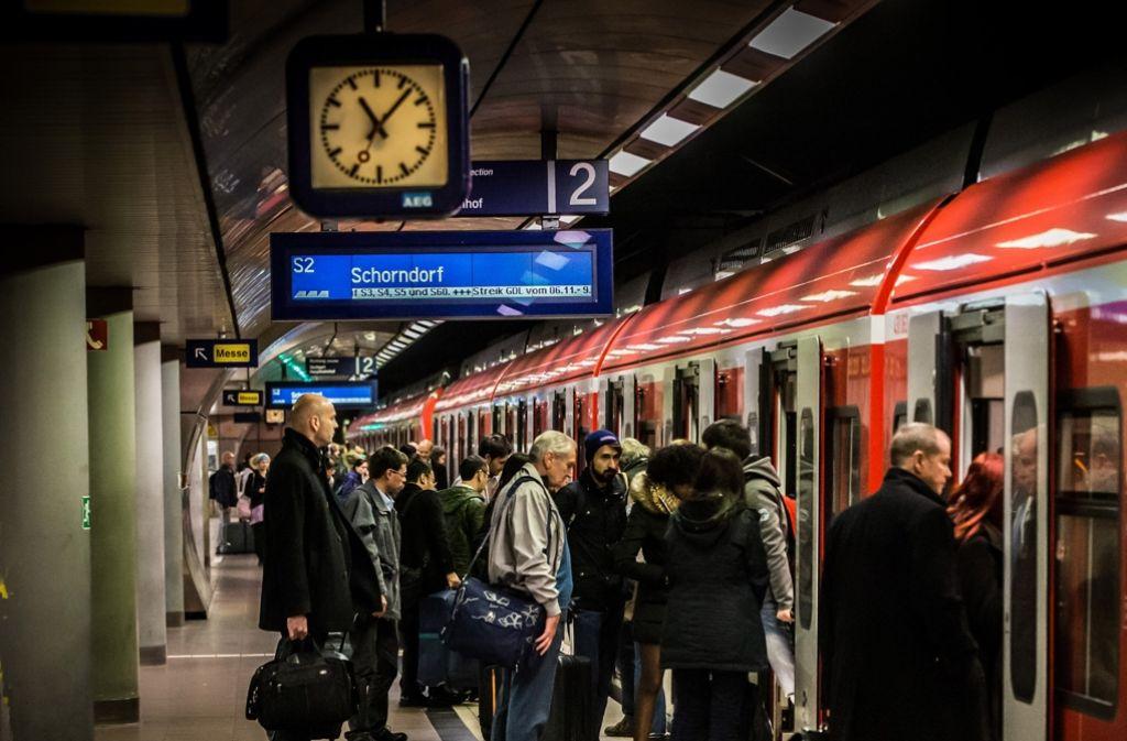 Mit Stuttgart 21 soll sich für Reisende vom Flughafen (hier der S-Bahn-Halt) die Fahrzeit in die City deutlich verkürzen. Foto: Lichtgut/Achim Zweygarth