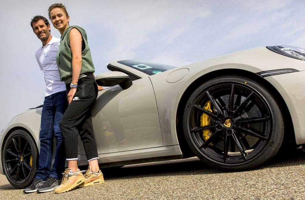 Elina Svitolina, die Nummer sechs der Weltrangliste, mit Ex-Rennfahrer Mark Webber und dem neuen  911  Cabrio  auf der Teststrecke von Porsche in Weissach. Foto: Markus Leser/Porsche