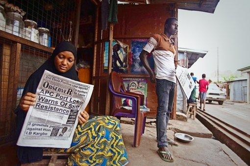 Die Schlagzeilen vom 21. Januar vermelden einen neuen Ebola-Fall in Sierra Leone. Foto: AP