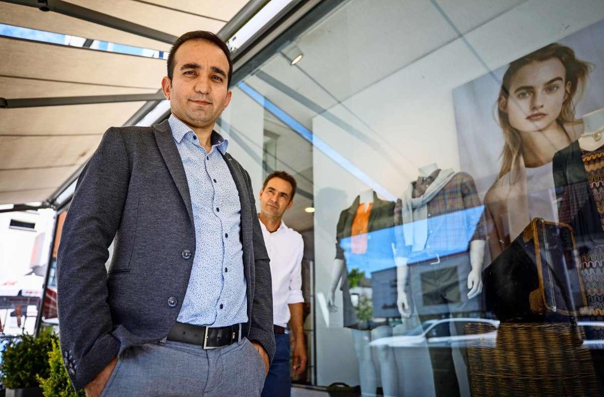 Ghareman Khoshnam (links) wird im Modehaus von Hans-Jürgen Raithle zum Einzelhandelskaufmann ausgebildet. Foto: Gottfried /Stoppel