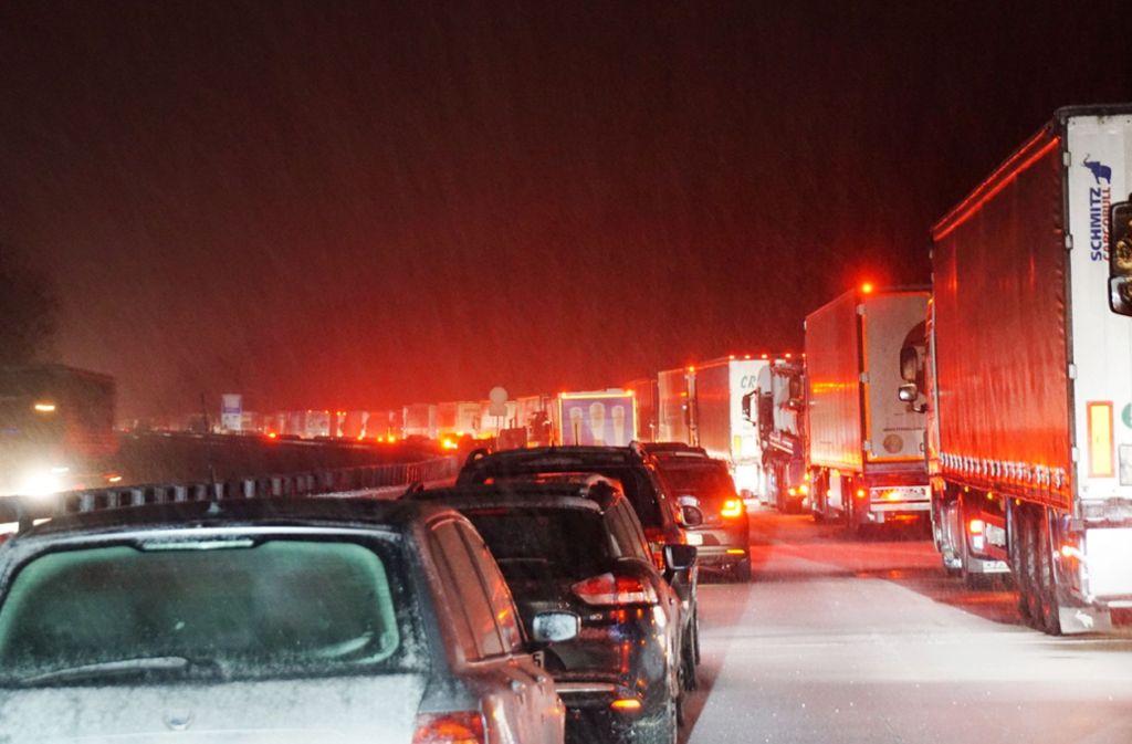 Schnee, glatte Straßen, fest steckende Lastwagen: auf der A 8 ging in der Nacht zum Donnerstag nichts mehr. Foto: SDMG