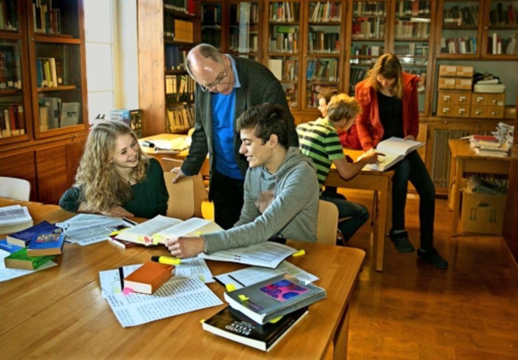 Die Atmosphäre stimmt: Michael Behal, der Direktor des Tübinger Leibniz-Kollegs, mit Studierenden in der dortigen Bibliothek Foto: Horst Rudel