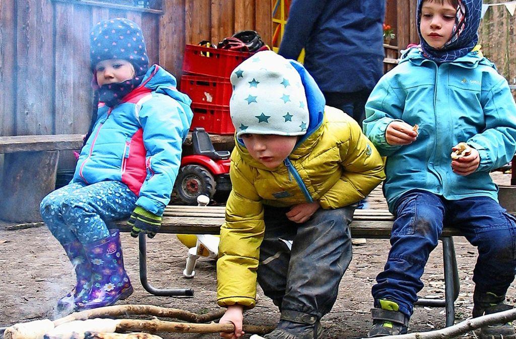 Während sich die Eltern über das Angebot des Vereins   Eltern-Kind-Gruppe Feuerbach informieren, können Kinder draußen Stockbrot am Lagerfeuer grillen. Foto: Susanne Müller-Baji