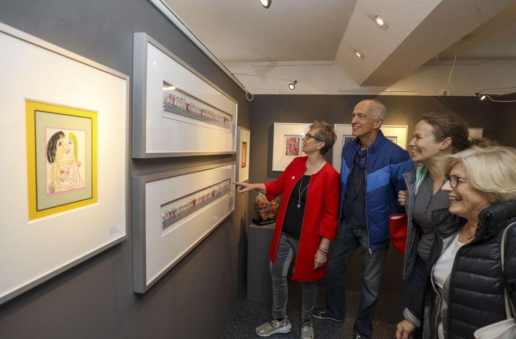 Barbara Watzl (links mit roter Jacke) freut sich über die Rizzi-Ausstellung. Foto: factum/Simon Granville