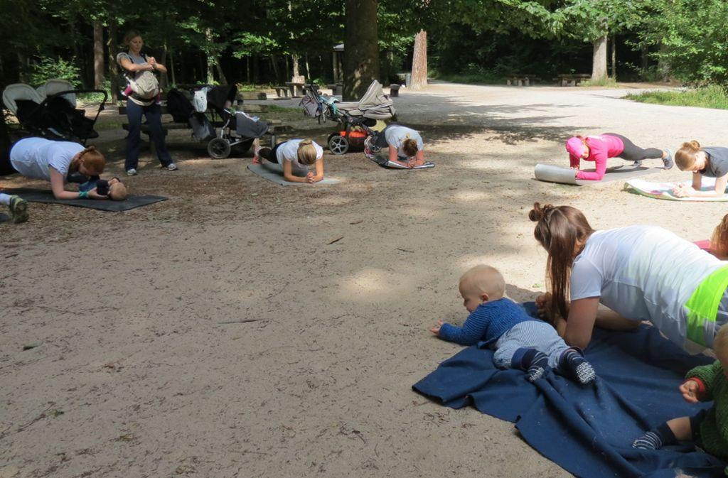 Während ihre Mütter sporteln, sind die Kleinen ganz nah dabei. Foto: Julia Bosch