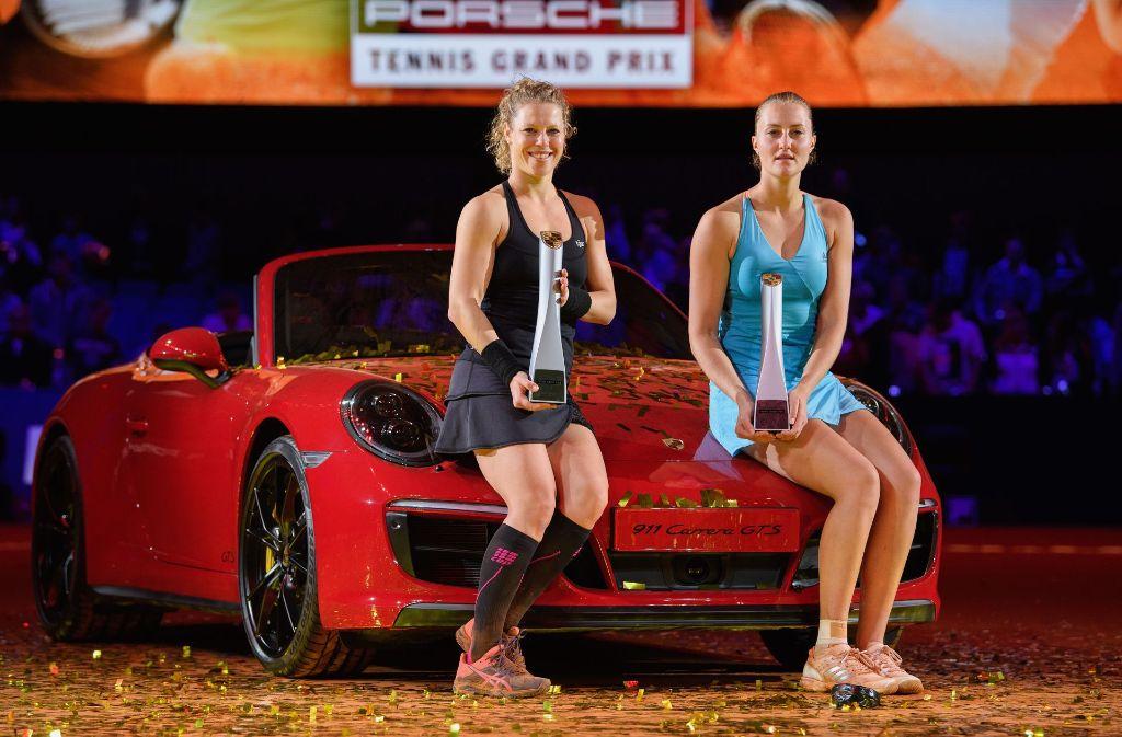 Laura Siegemund (links) schnappt sich beim Porsche Tennis Grand Prix in Stuttgart den Titel im Finale gegen Kristina Mladenovic. Foto: Bongarts
