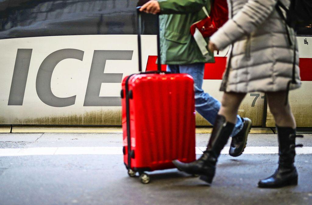 Bahnreisende müssen sich am Freitagmorgen auf Verspätungen einstellen (Symbolbild). Foto: dpa/Christoph Schmidt