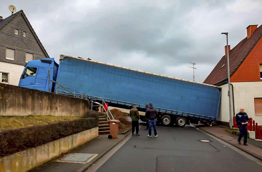 Der Fahrer eines Lasters bekam die Kurve nicht. Foto: dpa/Polizeipräsidium Mittelhessen
