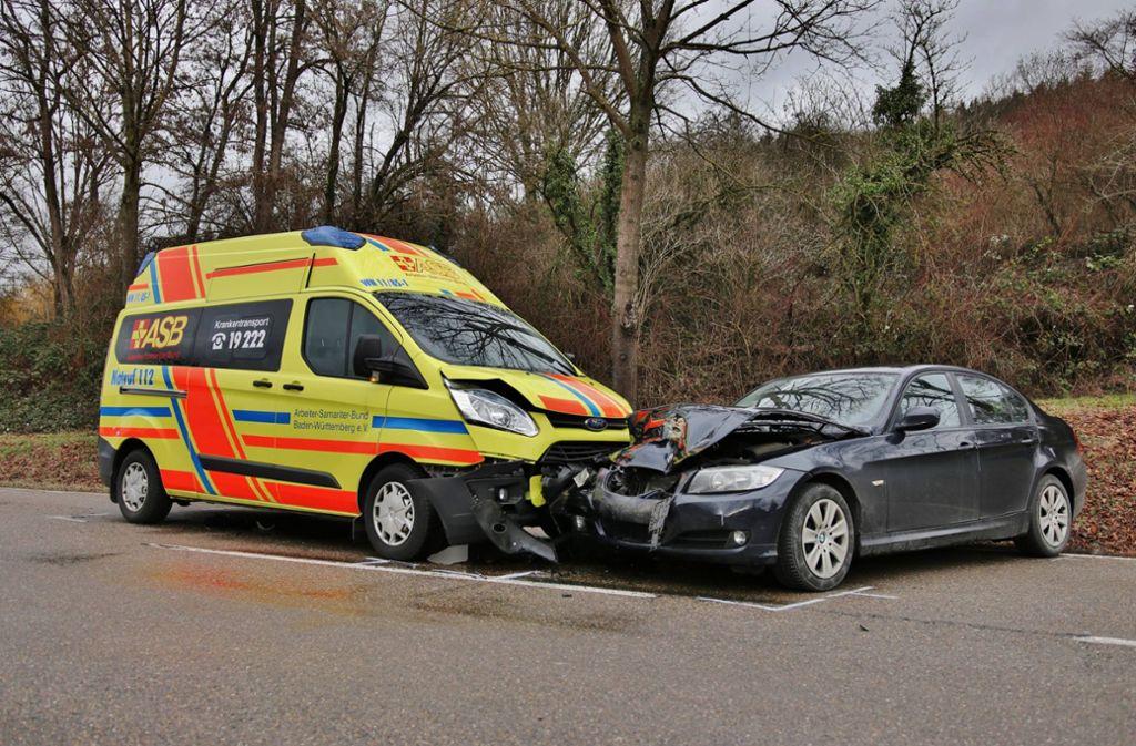 Der Krankenwagen und der BMW stießen frontal zusammen. Foto: 7aktuell.de/ Lermer