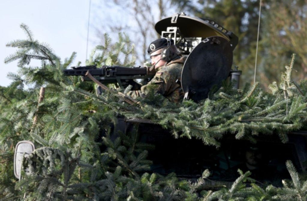 """Ein Soldat des Aufklärungsbattaillon 6 """"Holstein"""" steht bei einem Pressetermin in Eutin (Schleswig-Holstein) in der Luke eines gepanzerten Fahrzeuges. Die Soldaten bereiten sich hier auf ihren Einsatz in Mali vor. Foto: dpa"""