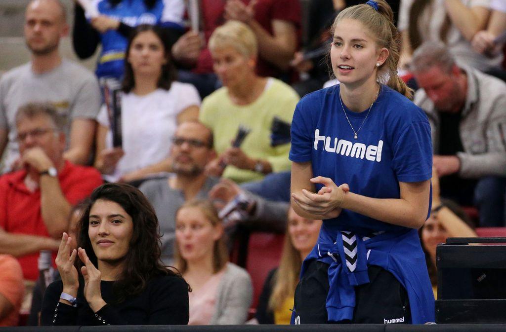 Kann derzeit nur hinter der Bank von Allianz MTV Stuttgart mitfiebern: die verletzte Zuspielerin Pia Kästner (re.), hier mit der Italienerin Sofia Turla, die nach einem einwöchigen Probetraining nicht verpflichtet wurde. Foto: Baumann