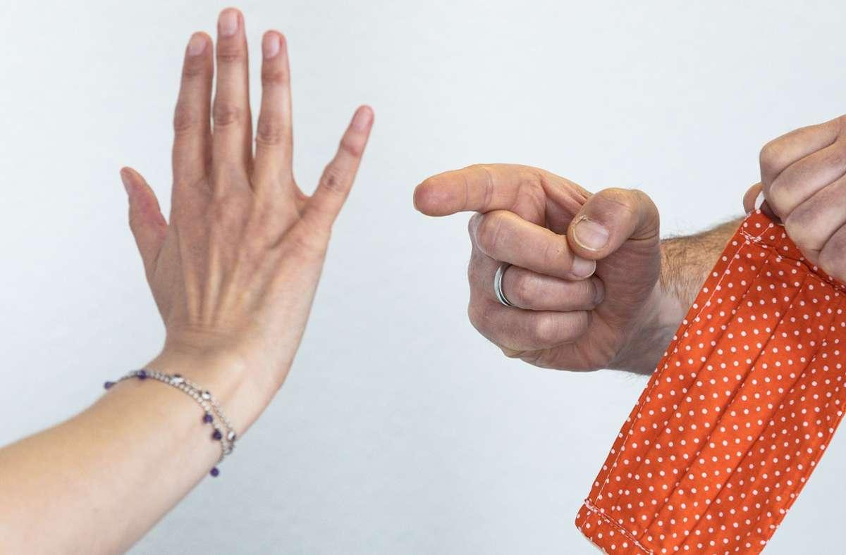 Ein Streit um die Maskenpflicht ist in einer Sindelfinger Tankstelle heftig eskaliert (Symbolbild). Foto: Stefanie Schlecht/Stefanie Schlecht