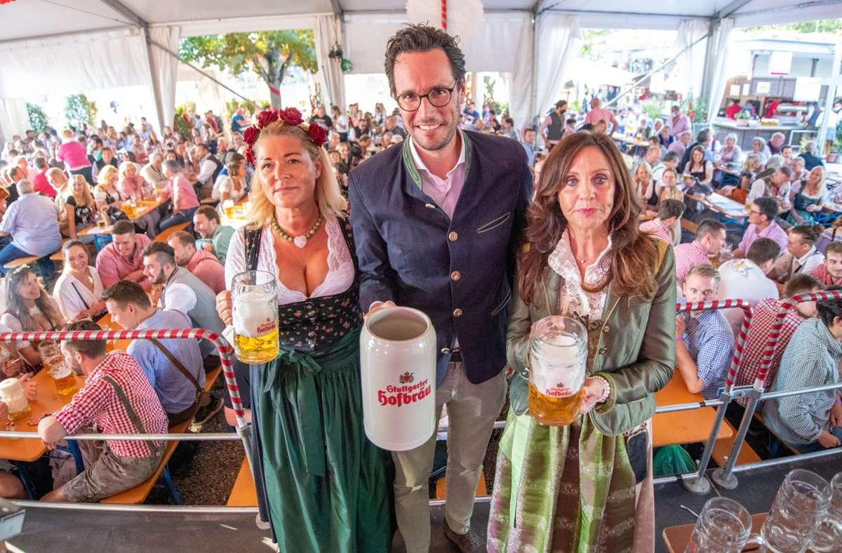 Gudrun Nopper, Fabian Mayer und Sonja Merz (von links) beim Auftakt des Biergarten-Volksfestes im Schlossgarten. Foto: Lichtgut//Oliver Willikonsky