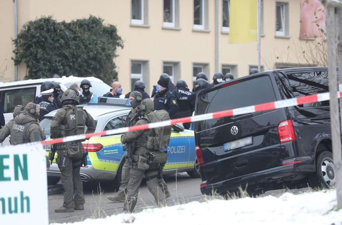 Einsatzkräfte der Polizei gehen in Ulm zu einer Durchsuchung. Die Polizei hatte zuvor Hinweise auf eine verdächtige Person bekommen. Foto: dpa/Ralf Zwiebler