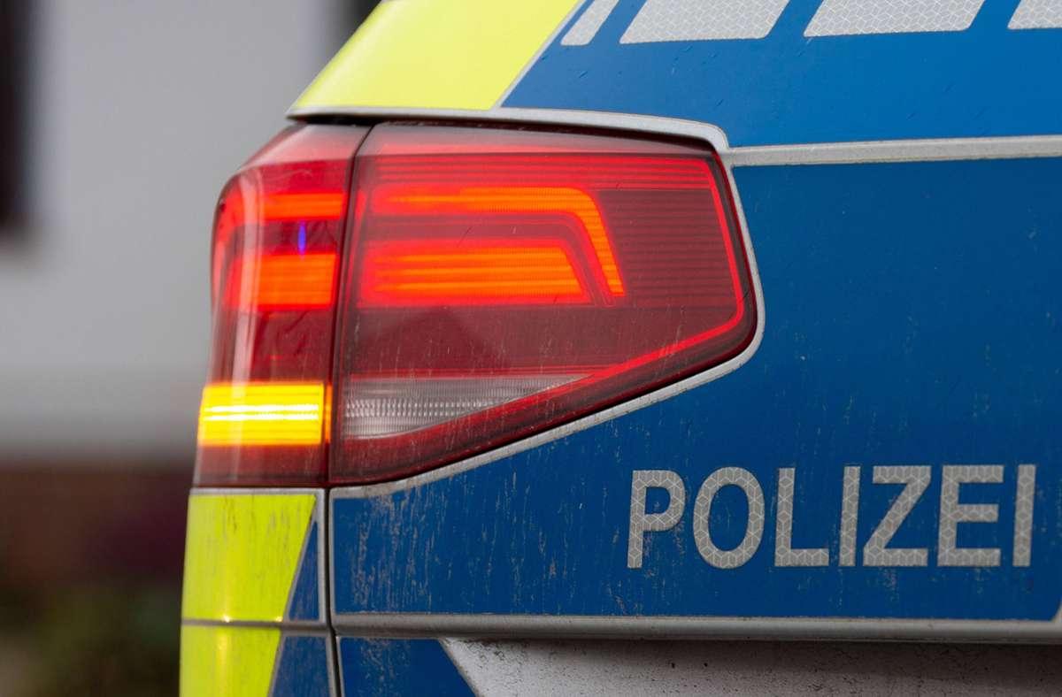 in Zuffenhausen sind zwei Streifenwagen beschädigt worden (Symbolbild). Foto: imago images/Fotostand/Fotostand / Gelhot