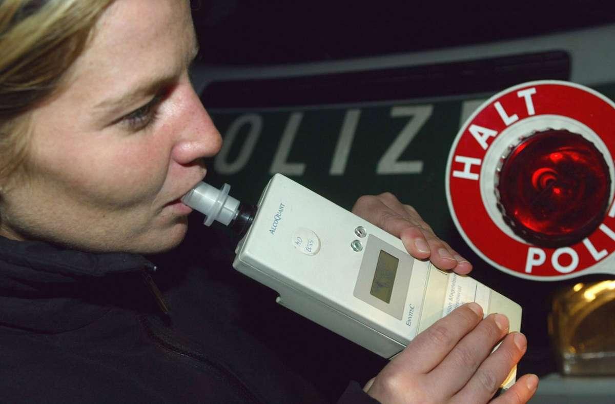 Mittels einen Atemalkoholtests kann die Polizei feststellen, ob und wie viel jemand getrunken hat. Foto: picture-alliance/dpa/Jens_Wolf