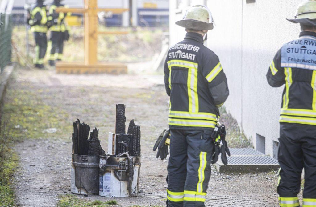 Die Feuerwehr steht vor verkohlten Gegenständen aus dem Innenraum des Gebäudes. Foto: 7aktuell.de/Simon Adomat