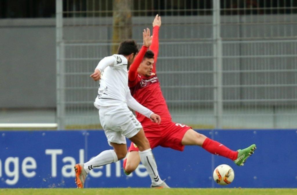 VfB-Neuzugang Federico Barba (rechts) hat sich im Testspiel gegen Großaspach eine Verhärtung in der linken Wade zugezogen. Foto: Pressefoto Baumann