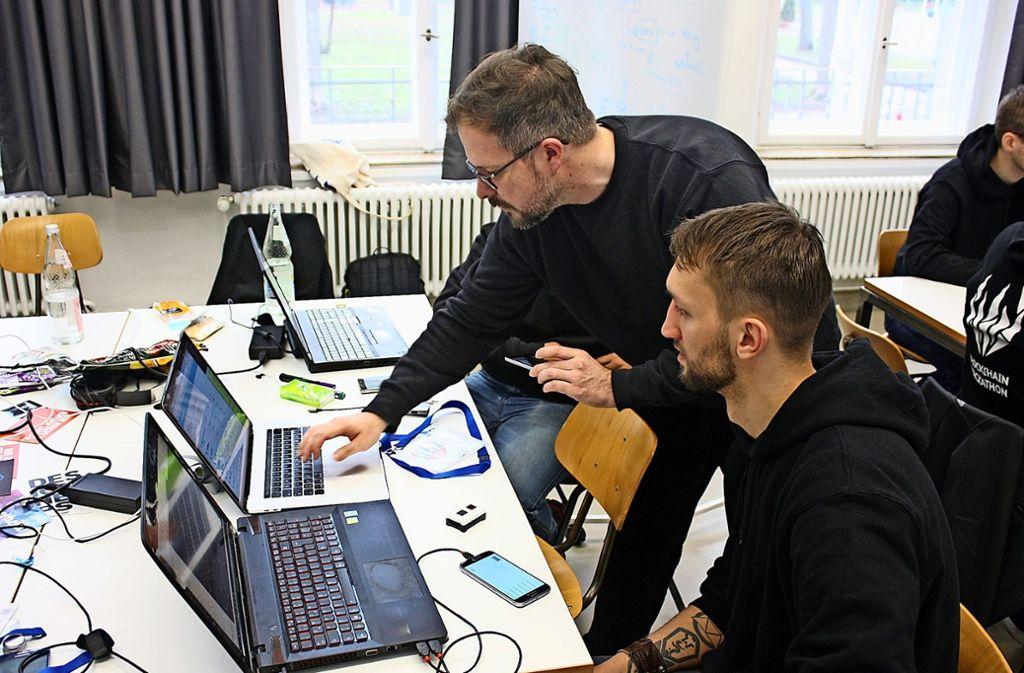 Teilnehmer des 1. Stuttgarter Blockchain Hackathon beim Tüfteln Foto: Christoph Kutzer