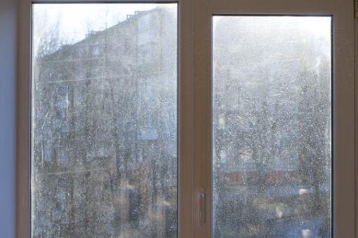 Kalkflecken auf Fensterglas entfernen