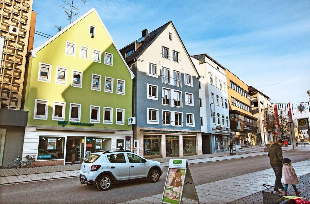 Viele Kunden und Bürger wissen das zu schätzen:  Das Sanitätshaus Engels an der Hauptstraße (das blaue Gebäude auf unserem Bild)  wurde zwar vor zwei Jahren abgerissen. Doch der um ein Stockwerk erhöhte Neubau, der dort inzwischen steht, orientiert sich äußerlich am Original und fällt deshalb als Neubau kaum auf. Foto: Horst Rudel