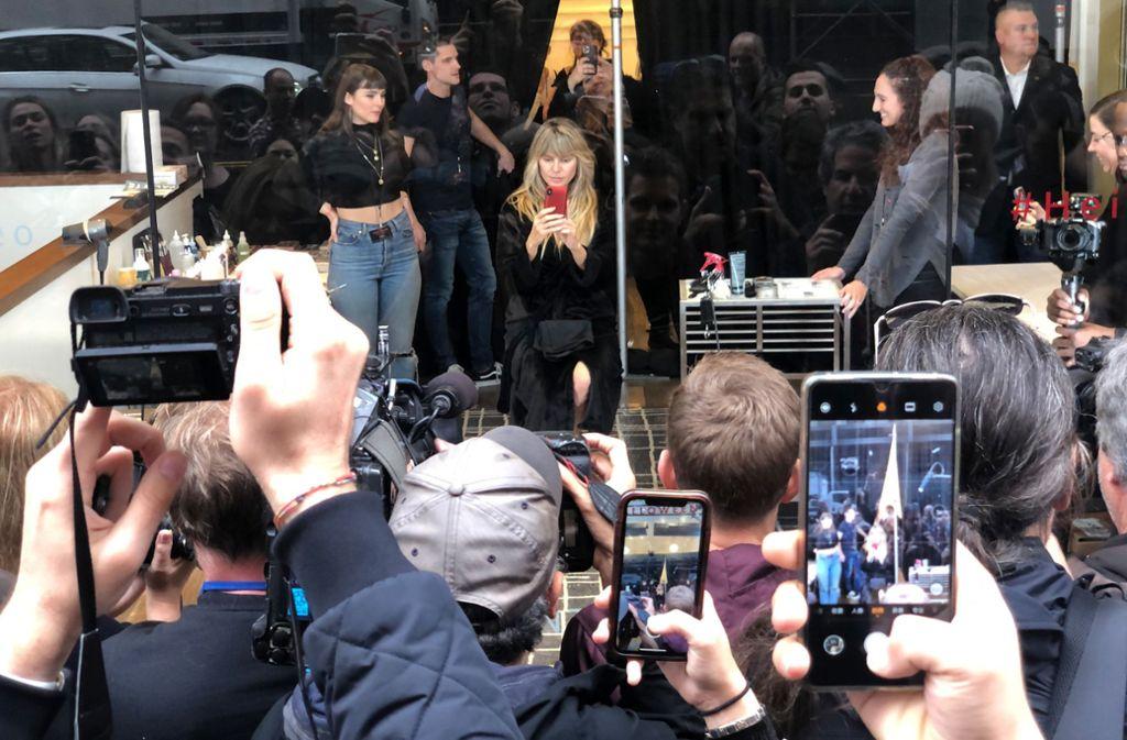 Heidi Klum in einem Schaufenster in New York. Foto: dpa/Benno Schwinghammer