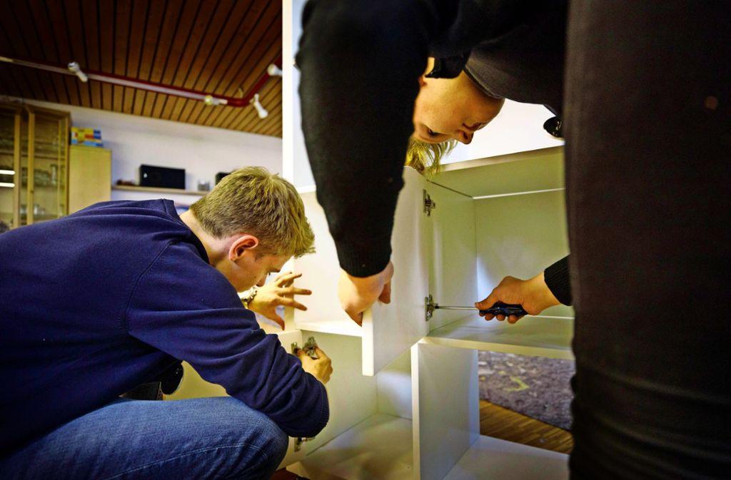 Gemeinsam bauen die Jugendlichen einen Raumteiler auf. Foto: Gottfried Stoppel