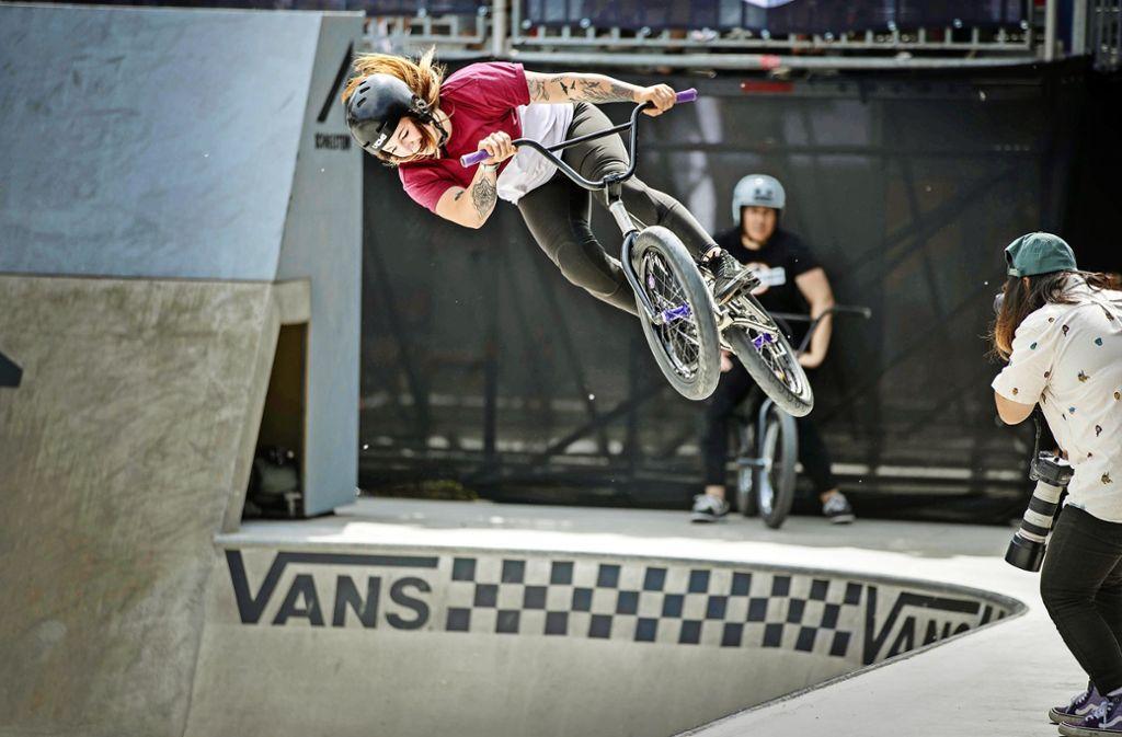 Auch für die Damen geht es in der Waiblinger BMX-Schüssel hoch hinaus. Foto: Gottfried Stoppel