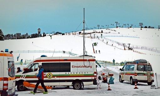Rund 30 Minuten lang versuchten Mitarbeiter der Bergwacht, die beiden tödlich verunglückten Skifahrer am Sonntag zu reanimieren Foto: dpa