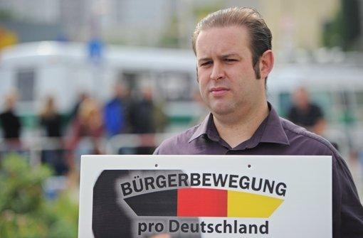 Ein Anhänger der Bürgerbewegung protestiert gegen das Flüchtlingsheim in Berlin. Foto: dpa