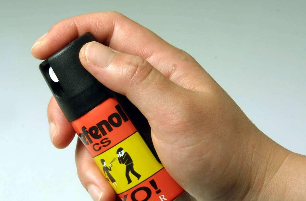 Der Unbekannte soll den 46-Jährigen mit Reizgas besprüht haben (Symbolbild) . Foto: imago images / HRSchulz