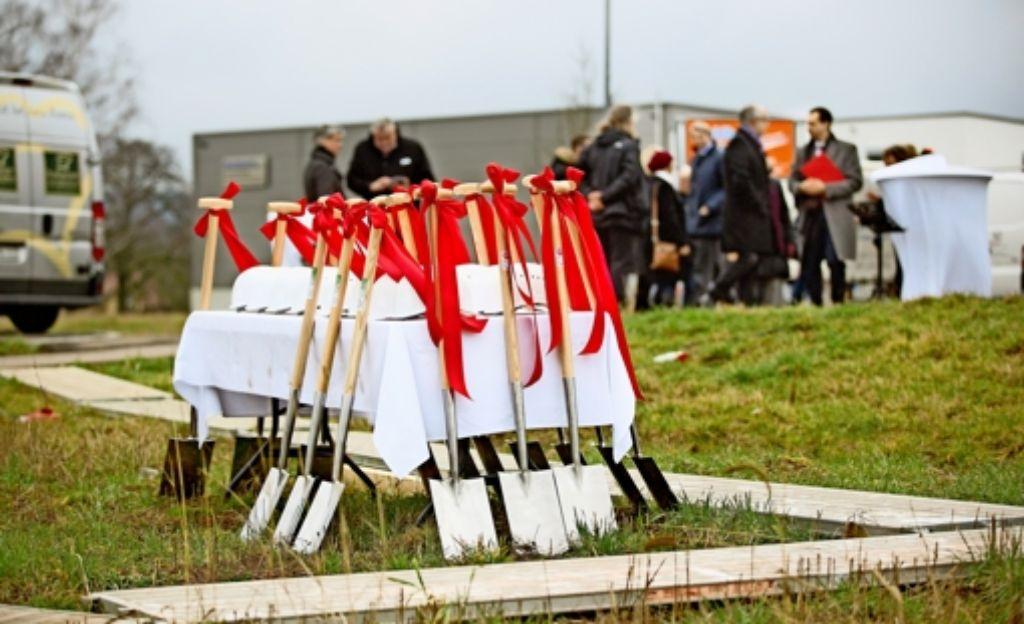 15 Spaten für ein 45-Millionen-Euro-Projekt: der Bau des neuen Vertriebs- und Logistikzentrums der Wala bei Zell beginnt. Foto: Horst Rudel