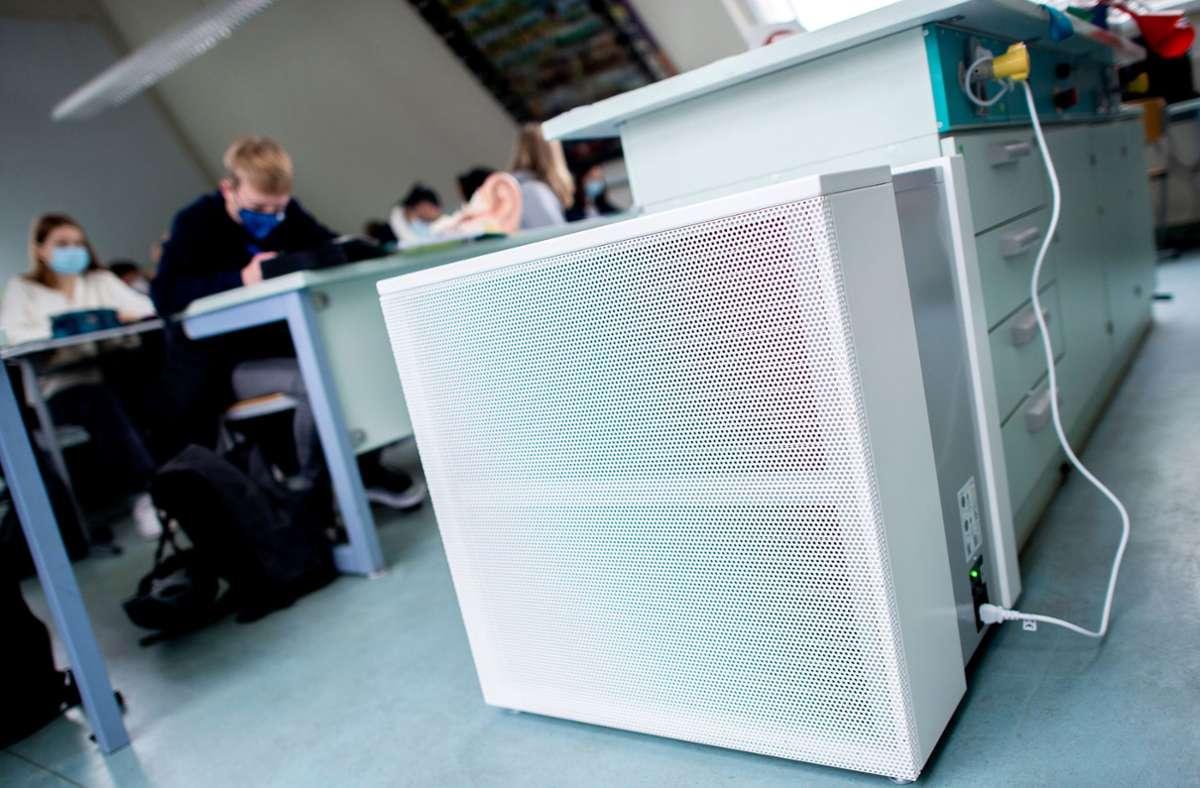 Ein Luftfilter im Klassenzimmer (Archivfoto). Foto: dpa/Hauke-Christian Dittrich