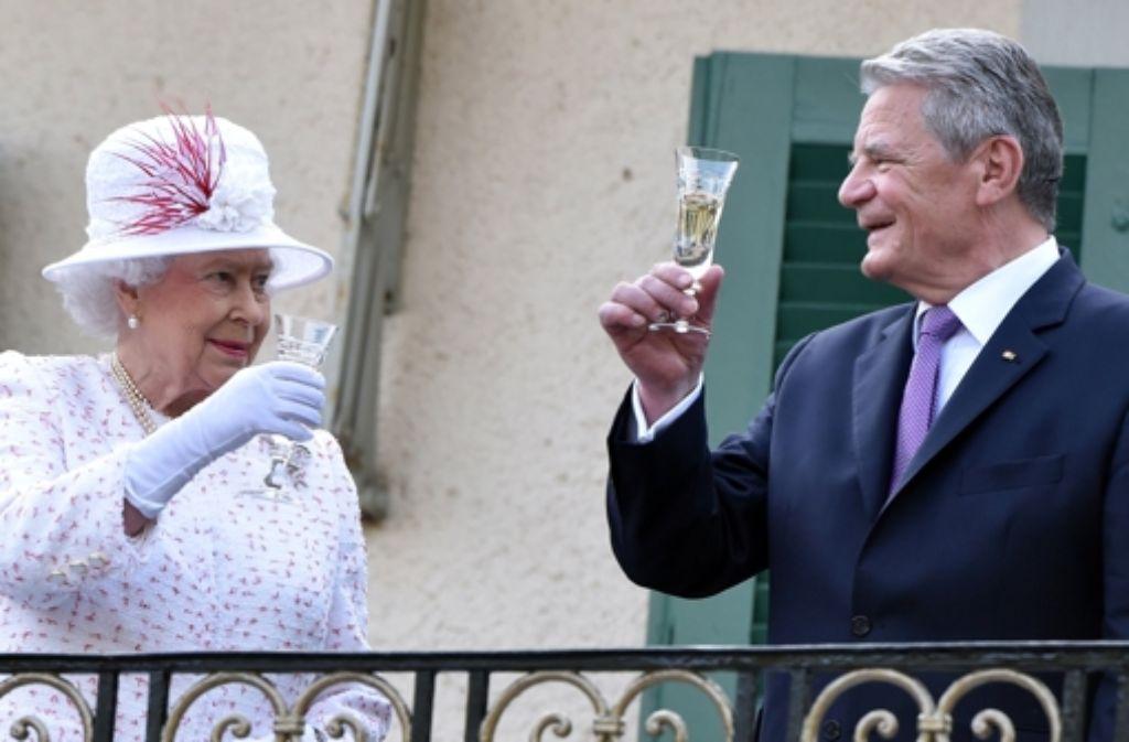 Im nächsten Jahr feiert Queen Elizabeth II. ihren 90. Geburtstag - und nicht weniger als 10.000 Gäste sollen mit der Monarchin anstoßen. Bei ihrem Deutschlandbesuch Ende Juni erhob die Queen mit Bundespräsident Joachim Gauck das Glas. Foto: dpa pool