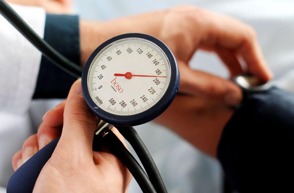 Fast jeder dritte Bundesbürger hat einen ständig erhöhten Blutdruck in seinen Arterien. Das hat gefährliche Folgen:  Schlimmstenfalls erleiden die Betroffenen einen Schlaganfall oder einen Herzinfarkt. Foto: dpa
