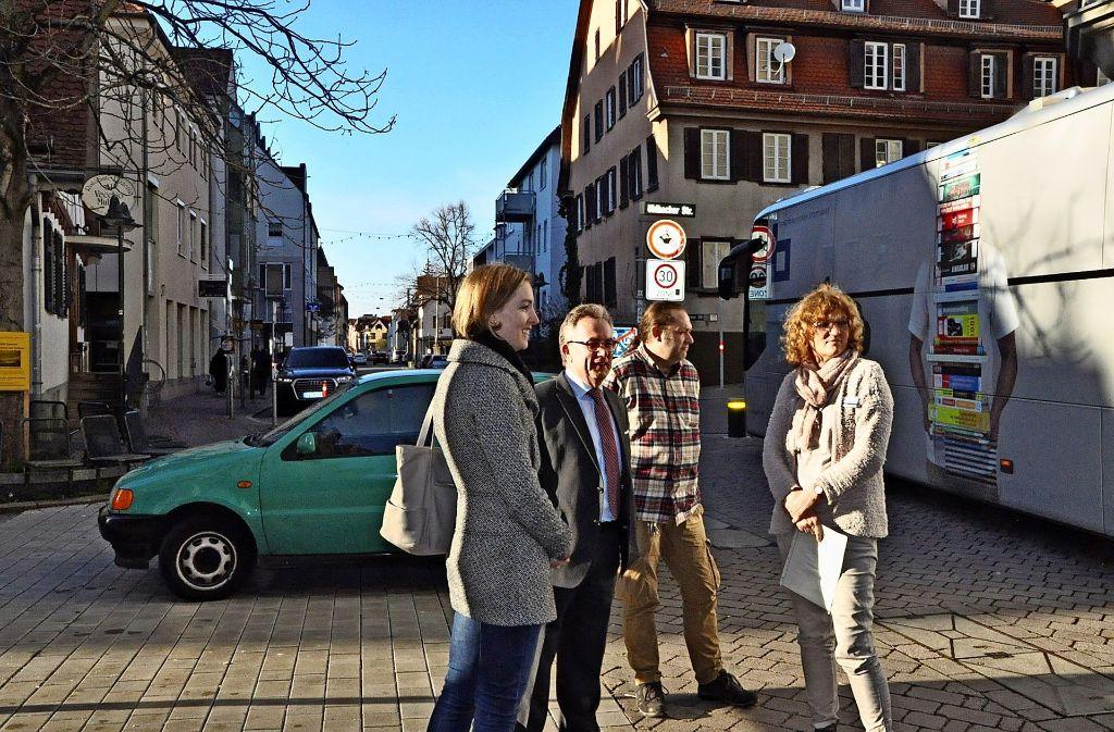 Krisengespräch beim Bücherbus, wo auch immer wieder die Feuerwehrzufahrt zugeparkt wird. Foto: Georg Linsenmann