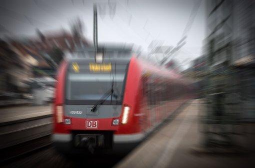 Frau gerät zwischen Bahn und Bahnsteig