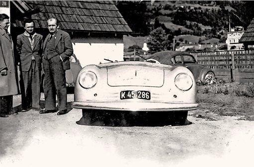Erwin Komenda (links) ist in Vergessenheit geraten. Aus der offiziellen Version dieses Bildes mit dem Ur-Porsche 356  wurde er getilgt (in der Mitte Ferry Porsche, rechts Ferdinand Porsche). Foto: Steineck
