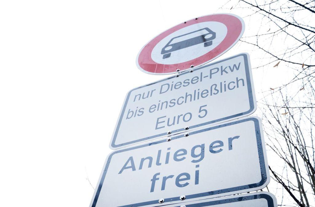 Zum 1. Juli würden Fahrverbote auch Euro-5-Dieselfahrzeuge betreffen, sollten die Grenzwerte für Stickoxide nicht eingehalten werden. Foto: dpa/Bernd Weissbrod