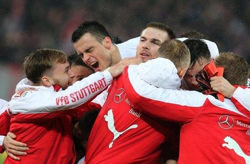 Kollektiver Jubel: die VfB-Spieler freuen sich mit dem Siegtorschützen Toni Sunjic (Mitte). Foto: Baumann