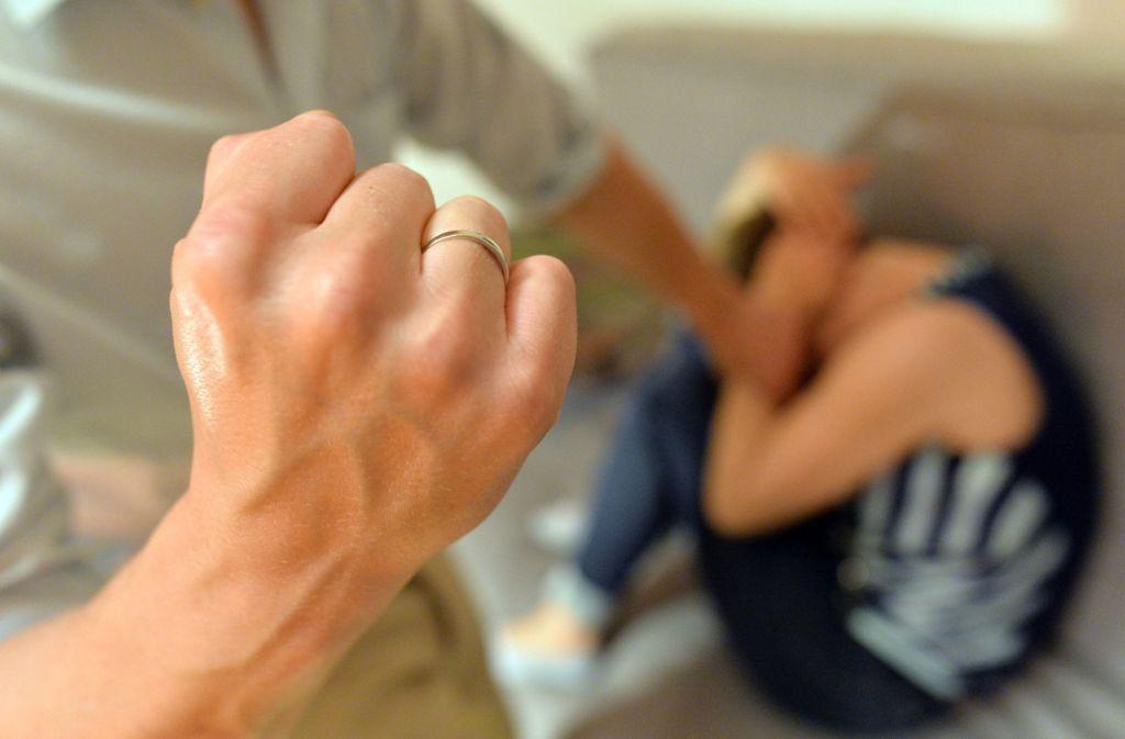 Ein Mann ballt die Faust und bedroht eine Frau (Symbolbild). Foto: dpa