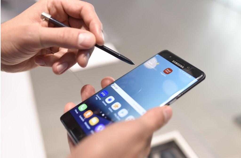 wegen Brandgefahr aus dem Verkehr gezogen: das Samsung Galaxy Note 7 Foto: dpa