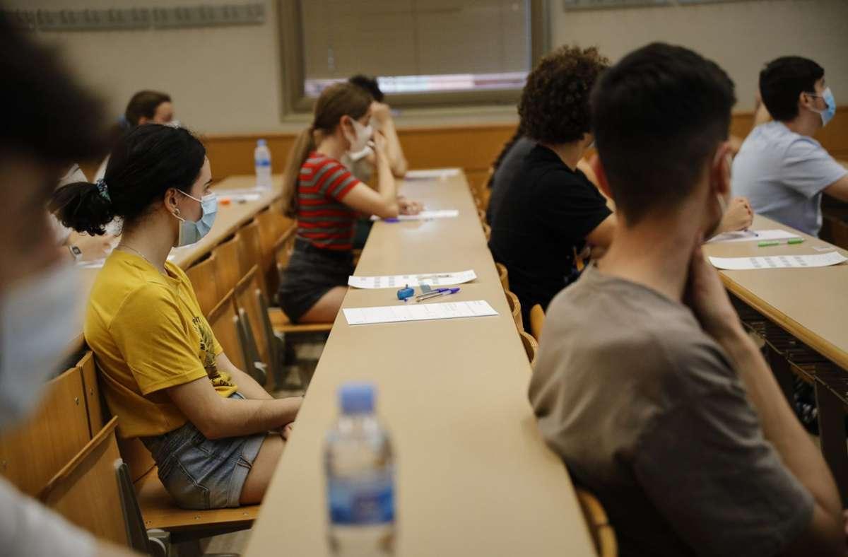 Die Maskenpflicht für ältere Schüler in der Schule steht zur Debatte. Foto: dpa/Jesús Hellín