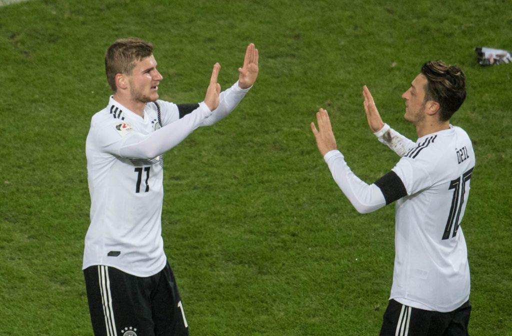 Ein Bild aus vergangenen Tagen: Timo Werner und Mesut Özil in Dress der deutschen Nationalmannschaft. Foto: dpa